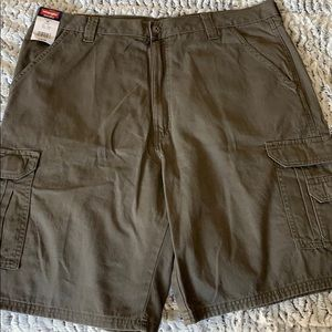 NWT WRANGLER BROWN CARGO SHORTS LOOSE FIT 38